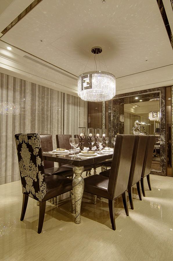 餐厅背景墙镜面设计,给予空间延伸感;华丽的吊灯垂下来照射在餐桌椅上,尽显温馨浪漫。
