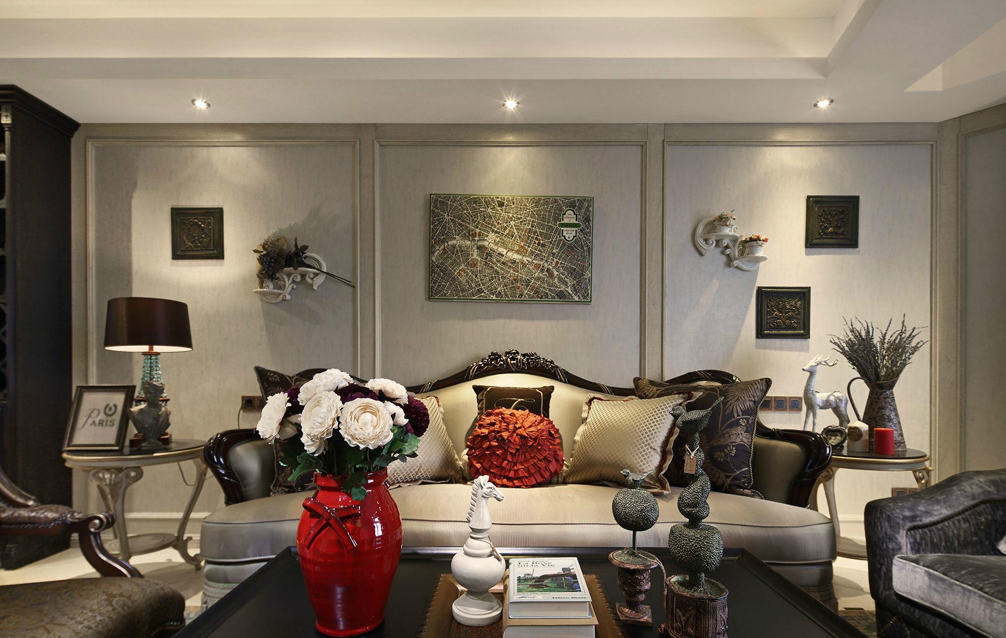 屋子陈设的艺术品比较多,有着浓浓的艺术感。