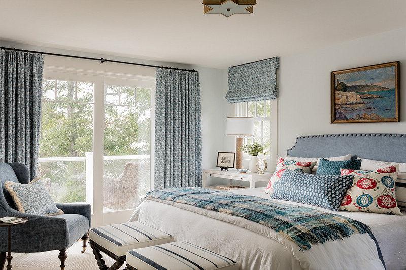 丰盈的卧室空间用淡蓝色家具填满,落地窗提供充足的光源,真是美好享受。