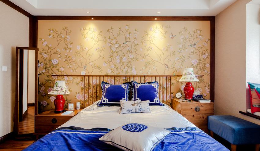 青花蓝是素雅高洁的蓝、宛如出水芙蓉,有一种遗世而独立的脱俗风骨。