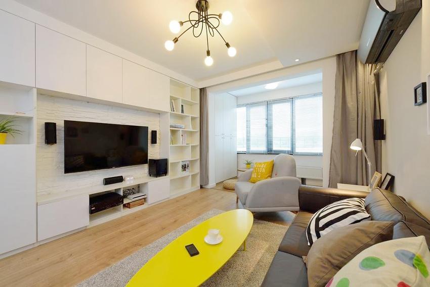 阳台尽量减少布置,增加活动空间,客厅有限的面积得到拓展。