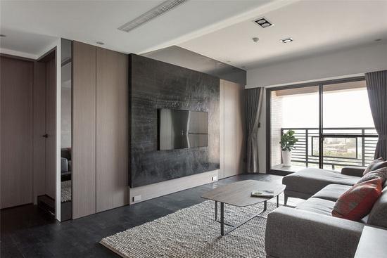 深色地坪与电视墙对比木皮染灰的立面设计,以材质带出质感气度、以色阶创造空间层次。