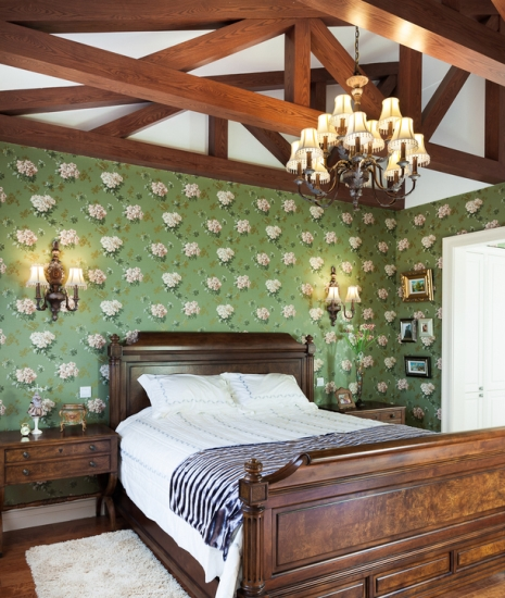 卧室的设计中融入了田园风的自然气息,绿底花卉的墙纸让人感到满满的清新舒心。