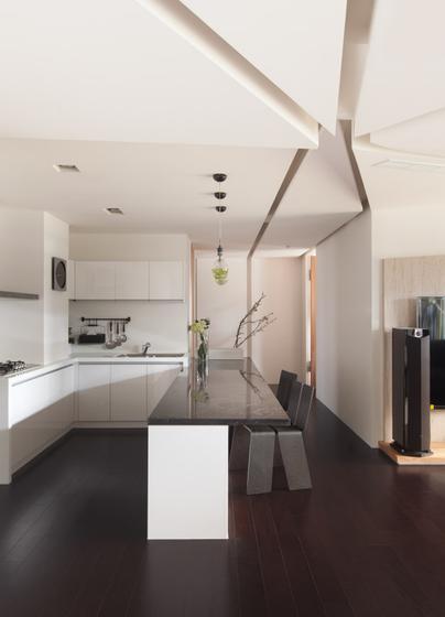 白色底座配黑色台面,黑白相间的餐桌风格明显,餐椅也个性十足。
