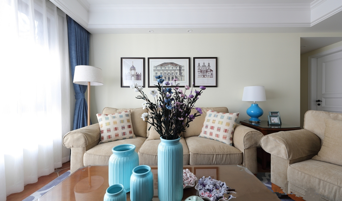 柔软又实用的咖啡色布艺沙发,搭配彩色小方块图案抱枕,尽显清新淡雅