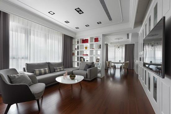 用简单、自然、温暖的材质,如客、餐厅及书房,都在迎光面,藉由自然光源洒下,让室内空间明亮通透。