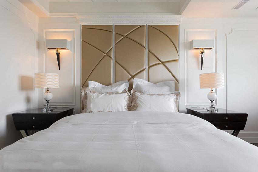 运用纯白烤漆为底色,床头利用梁下空间规划收纳机能,搭配香槟金流线绷布为床头板造型。