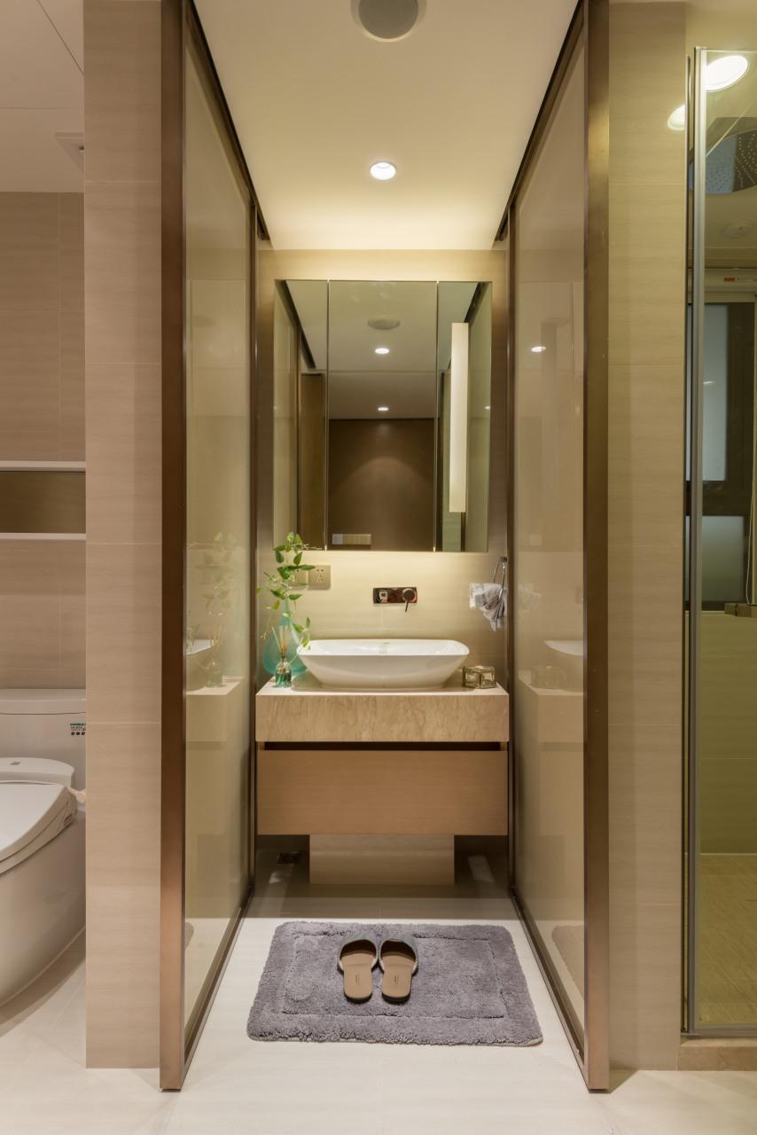 虽然空间小,但卫生间还是采用了干湿分离的设计,洗漱台上放上绿植,卫生间也能变得小清新起来。