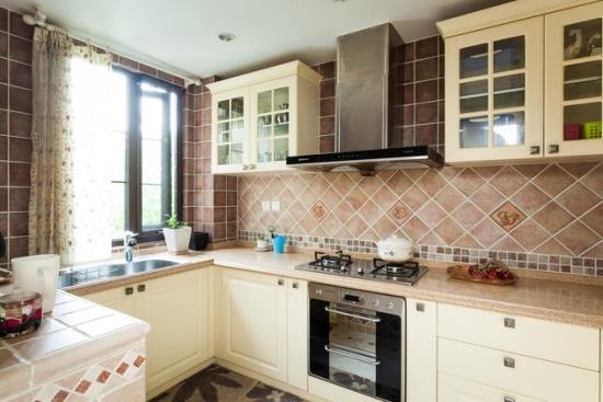 几何形的墙面拼接,在秩序与多彩之间寻找平衡感,让厨房天天充满朝气。