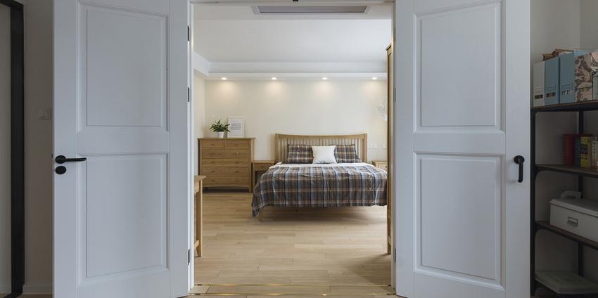 设计师将书房和主卧做成套房,增加空间的延伸性,利用双开门的房门隔开两个空间,实现业主对独立书房的需求