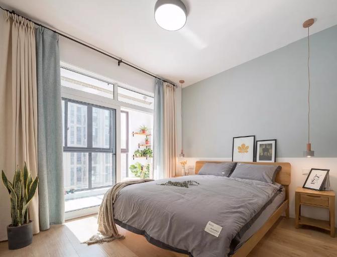 淡蓝色的墙面非常舒适宜人。窗帘选色与墙面颜色相呼应,整体空间显得统一协调。