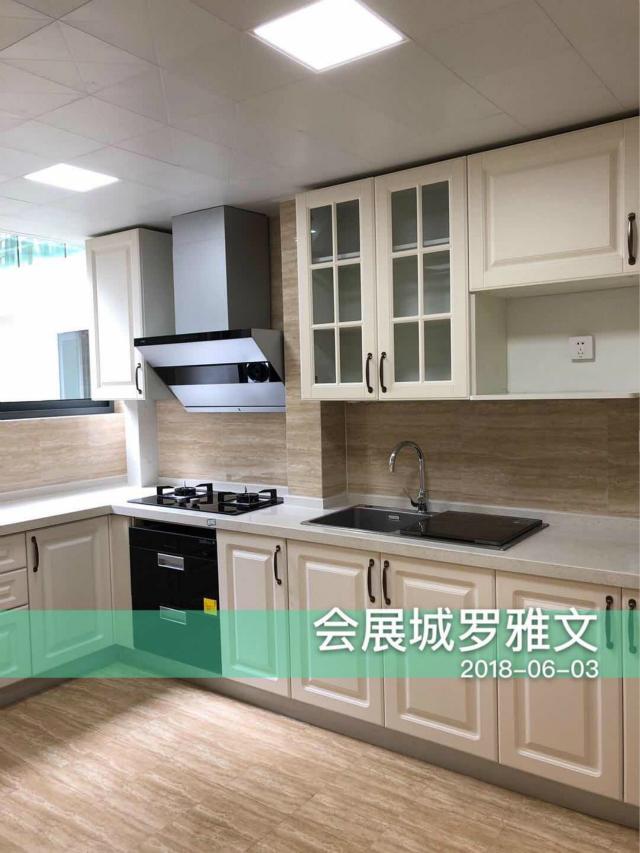 厨房采用白色橱柜搭配浅色木色地砖,整体和谐统一。