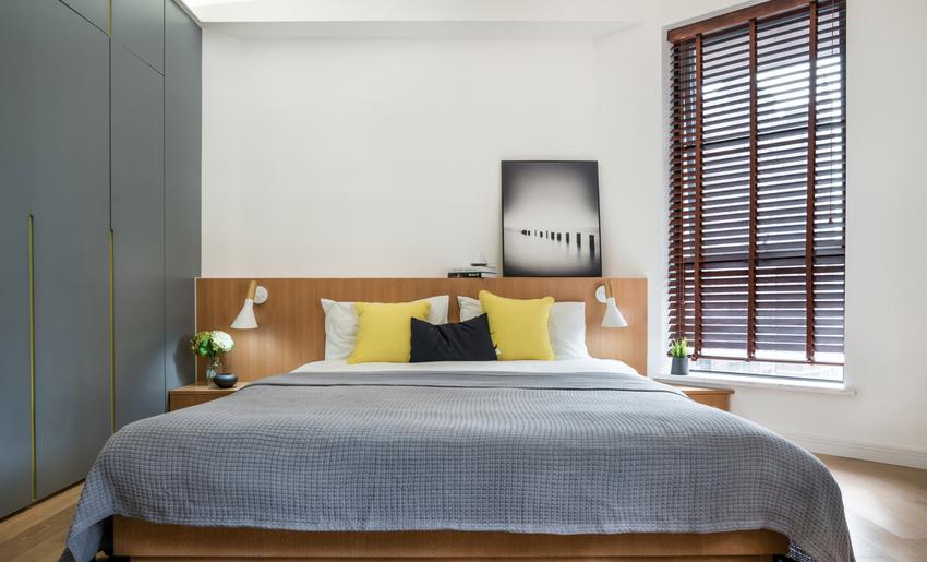 沉寂的灰调与温暖的木色搭配,营造宁静舒适的睡眠氛围。