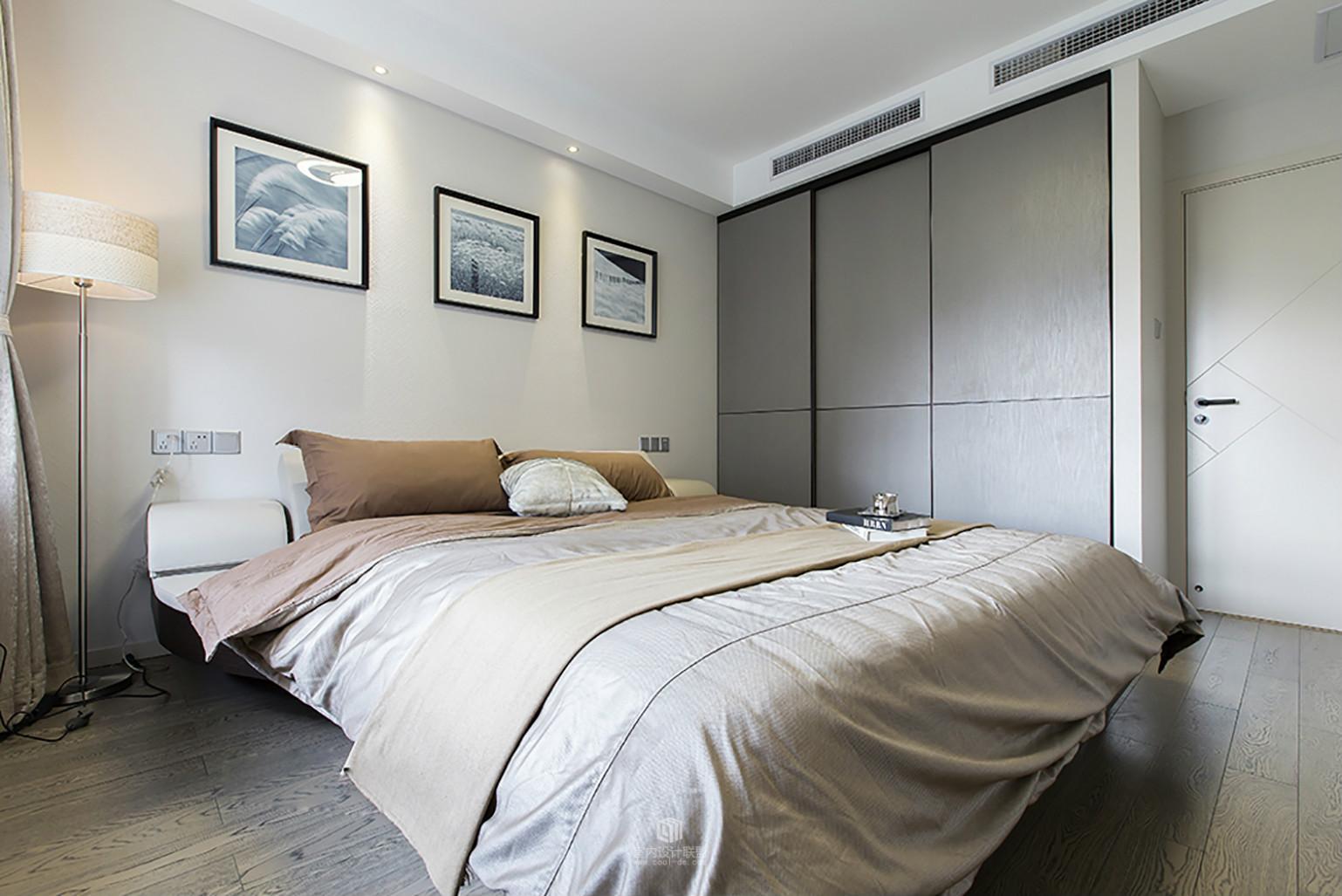 卧室木质的地板搭配浅色系列的床品,整个温馨舒适