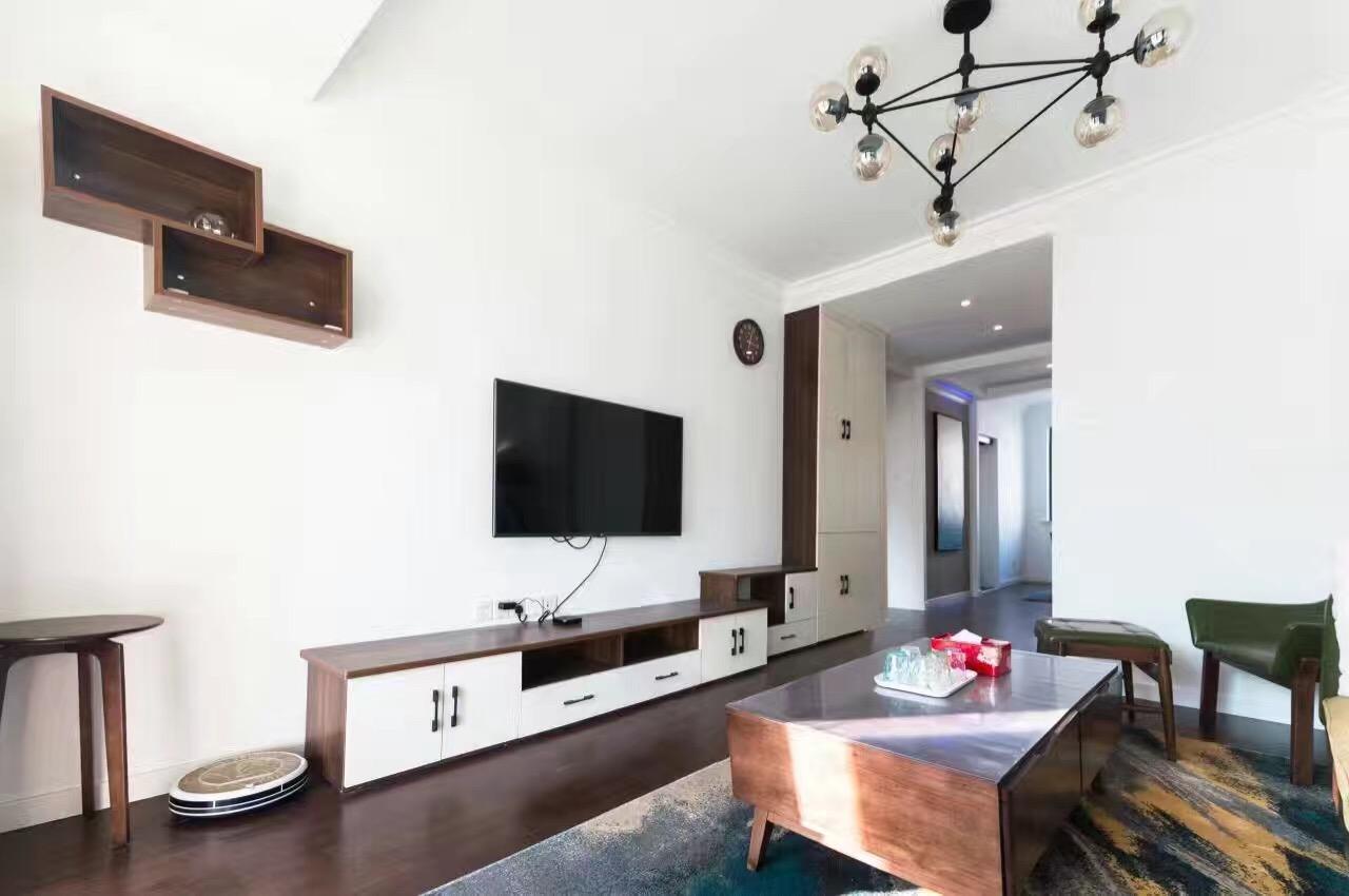 大胆的用色,洁白的柜子与客厅的彩色装修物碰撞出不一样的感觉。