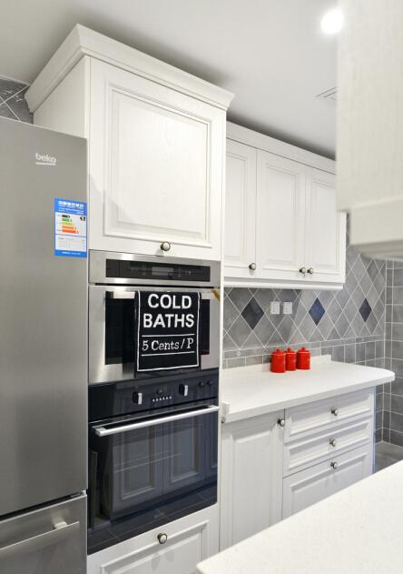 黑白厨房里的亮色点缀。