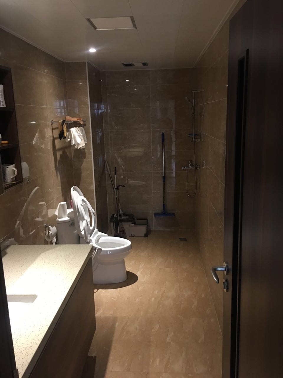 卫生间整体选用了同一色系的墙地砖铺设,视觉上统一,极大的延伸了整个空间,使得卫生间区域通透,宽敞。