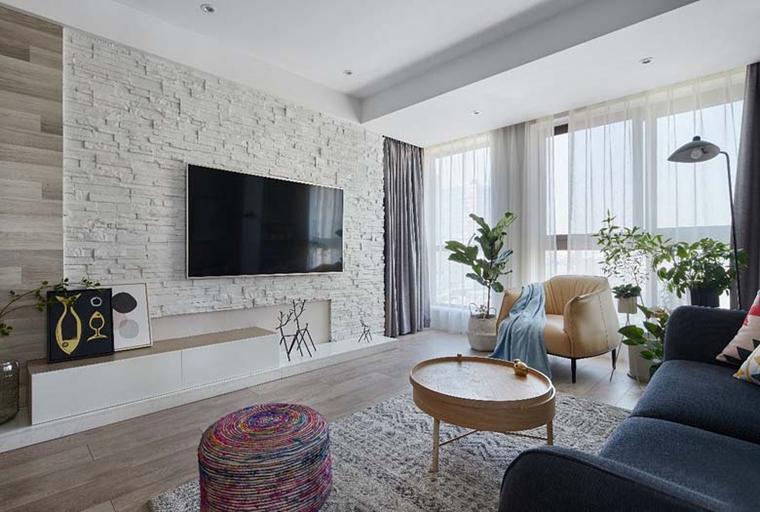 裸露墙砖刷上浅色墙漆打造的电视墙,切合了北欧风的自然气息。