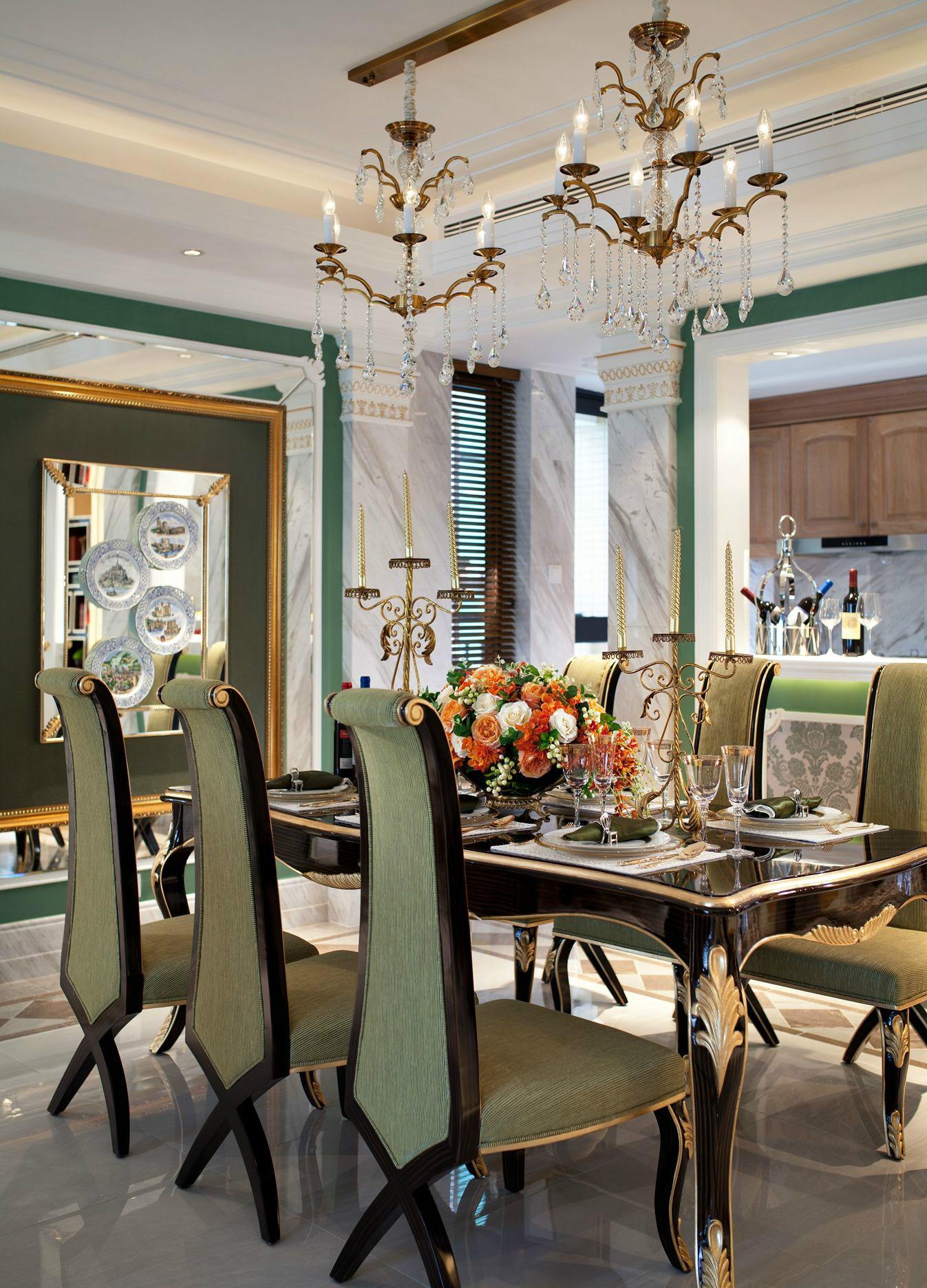 餐厅家具线条感十足,镶金设计时尚又透露着复古的色彩;两个烛台设计的吊灯为餐厅注入了满满的温馨浪漫。