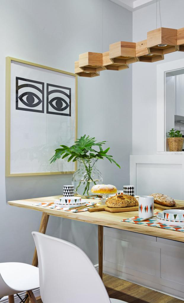木质蜂窝吊灯和几何挂画,甚至餐具的花纹,倒是让客厅变得有些理科偏执。