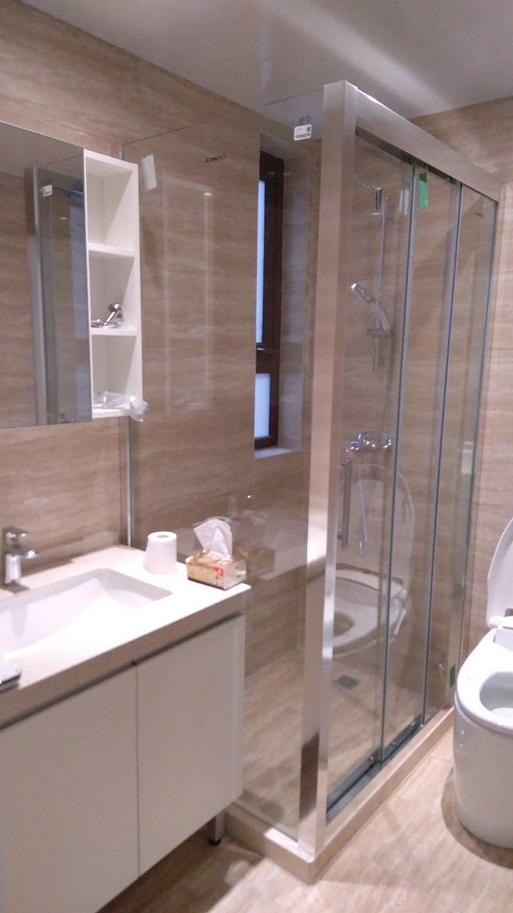 同样,还先生选搭了浅色系标配卫生间,另外自己配置了淋浴房,时尚便捷。