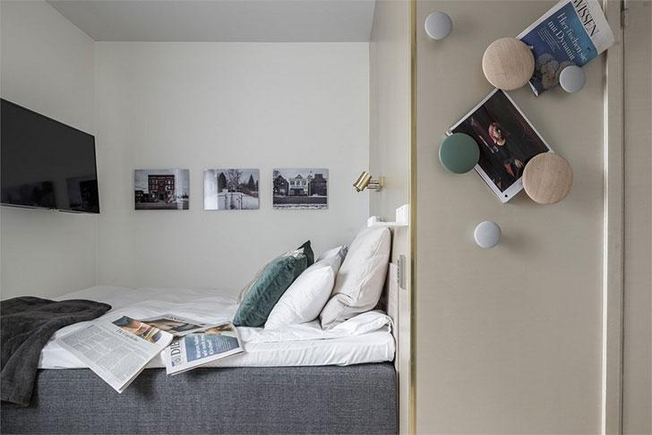 卧室区域还有着电视,床头灯。