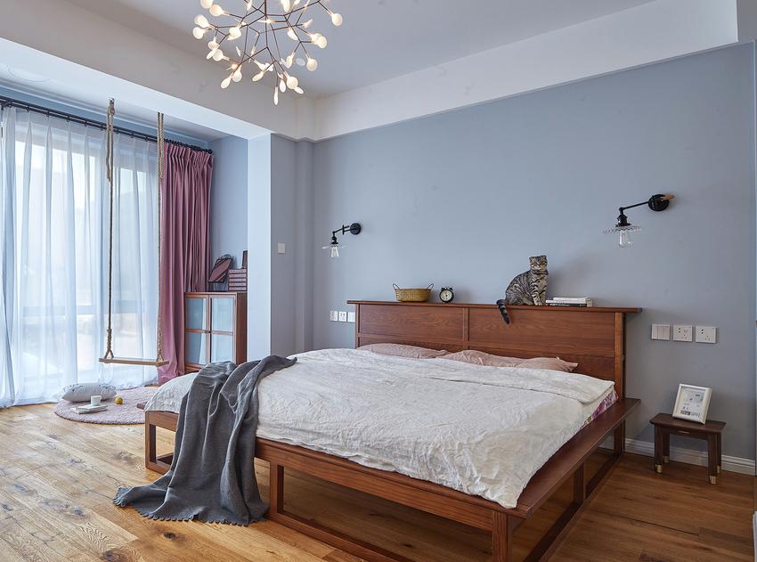 卧室蓝灰色墙面搭配骚粉窗帘,小女人的细腻全暴露出来了。