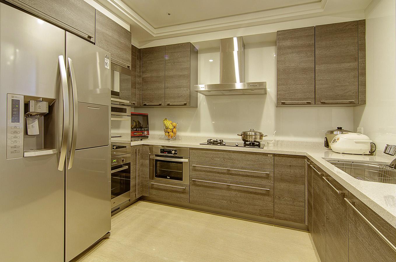 厨房采用了推拉门设计,尽在开放与封闭中转换,自由灵活。吊柜+底柜超强收纳,再多的物品也有地放置。