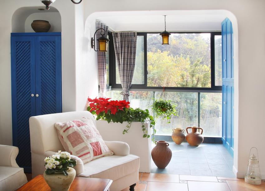 阳台属于室内阳台与客厅相连,中间用白色吧台作为隔断。
