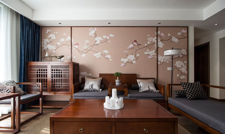 客厅以对称的形式,制造出端正大方之感;红木家具配上灰蓝布艺,更添一种沉稳的气质;四方茶几拥有抽屉功能
