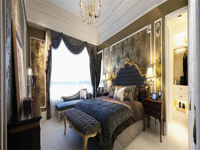 主卧吊顶简单精致,采用设色的墙纸,大气却不过于奢华。