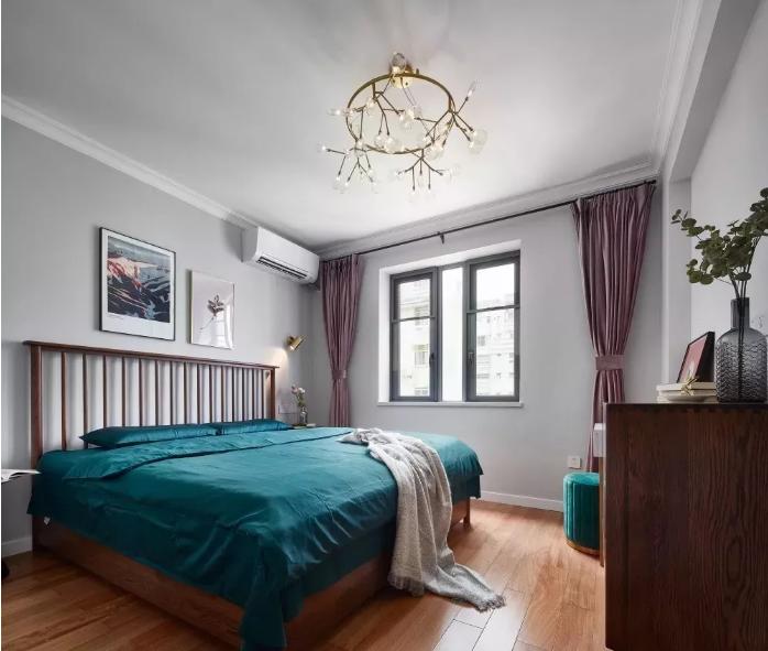 主卧的设计中体现了主人稳重内敛的气质,黑胡桃木色的实木床及斗柜,在墨绿色床品的衬托下显得更加有质感。