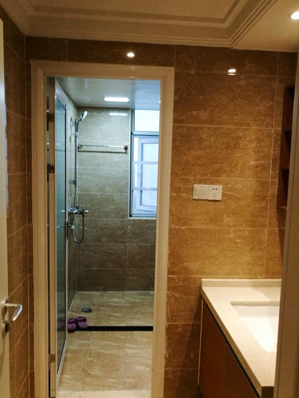 卫生间面积足够大,因此浴室作为单间出现。
