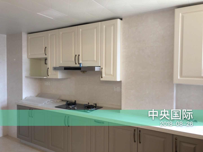 厨房白色橱柜扩大了视觉效果,吊柜设计放置调料等小件拿取方便,搭配白色台面彰显品味与格调。
