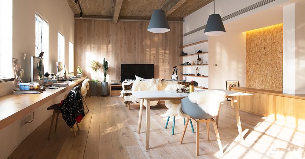 异形墙面是处理住宅细节中的难点,设计师利用定制家具优化和修正异形平面,来解决这种视角上的角度问题。
