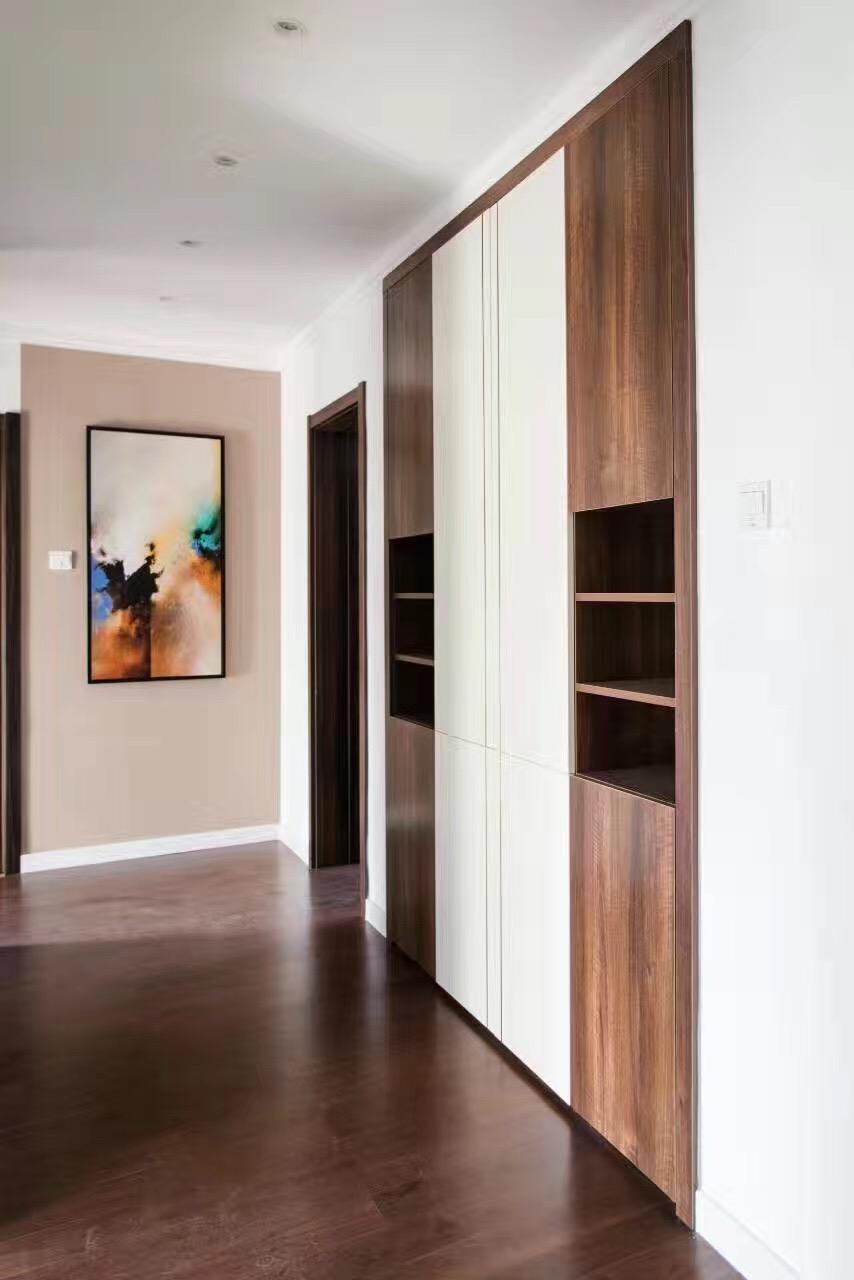 走廊尽头一面窄窄的墙被粉刷成浅浅的中性色,再挂一幅炫彩的装饰画,提升了空间的品味,让空间显得更加饱满