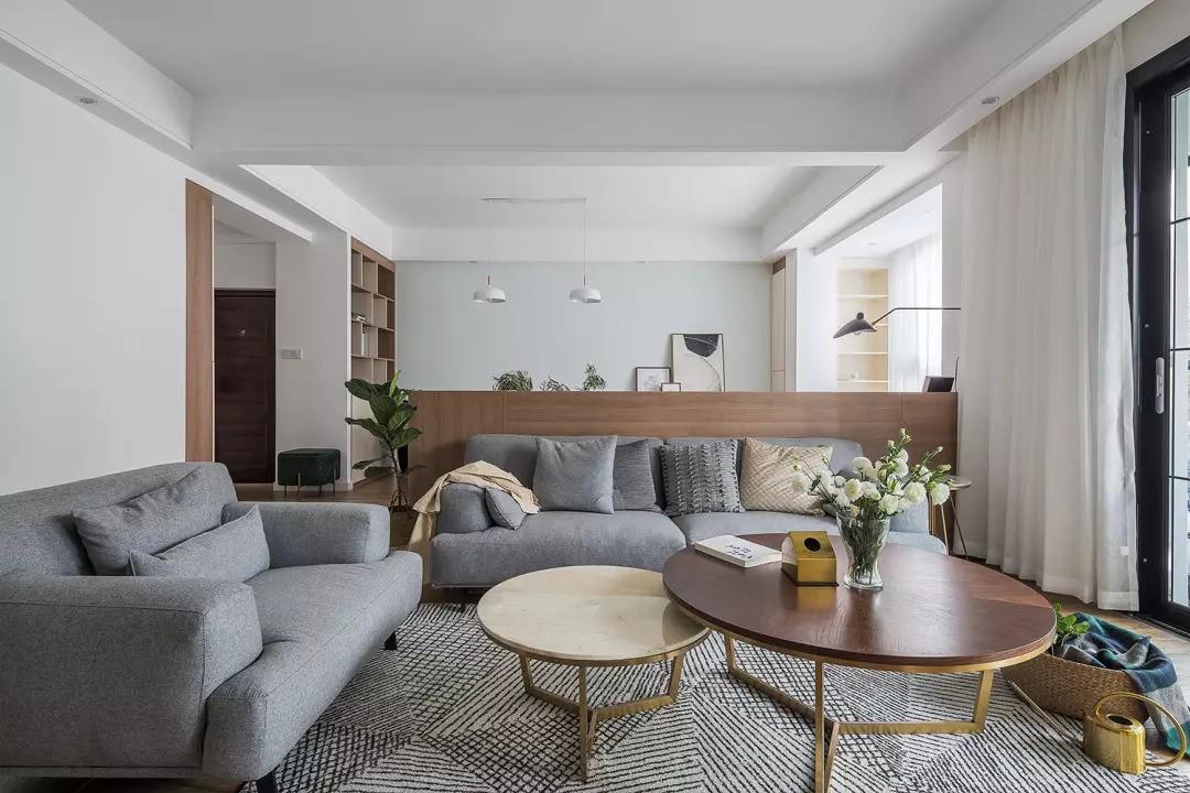 灰色沙发与大面积格子地毯,让居室变得非常有质感。