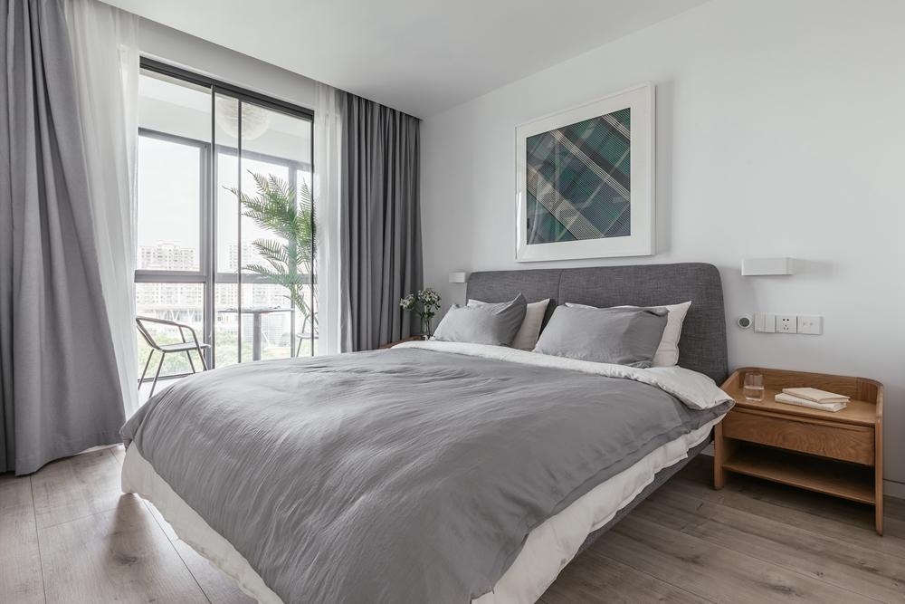 卧室以灰色为主基调,床头、床品、窗帘,相互融合,符合现代视角下的审美需求。