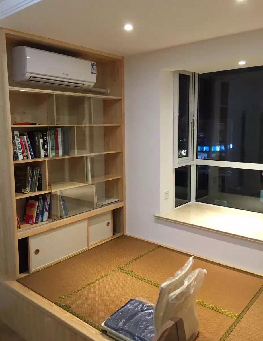 这地方平时可以看书工作,喝茶聊天,有客人来也可以很方便地改成卧室。