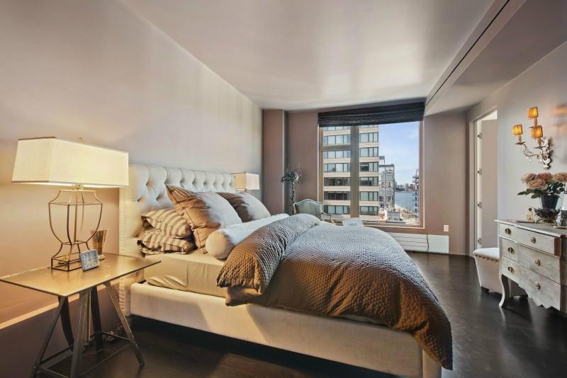 卧室走简约风,没有过多的家具摆设,整洁又干净,看起来都很舒适。大面积的窗户,光线较好