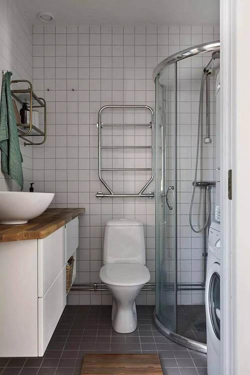 淋浴间被隔开进行干湿分离,这样洗衣机放在浴室也没有太大关系。