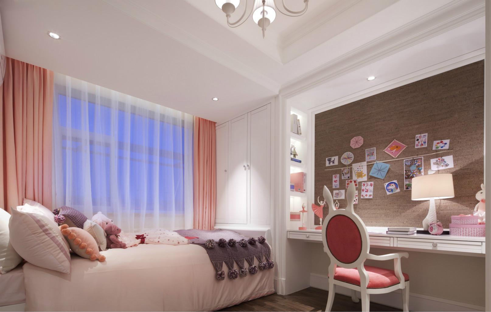 儿童房亮粉色色和淡白色色窗帘,不失儿童的天真活泼。