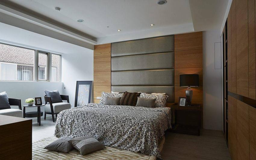 同样拥有极佳的采光条件,主卧室以木质纹理与皮革绷布,强调温馨舒适的睡眠空间。
