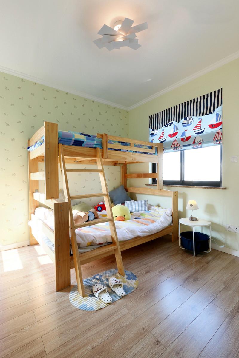 儿童房里仅一张上下高低儿童床,空间显得空旷,留白效果只是为了孩子有更的活动空间。
