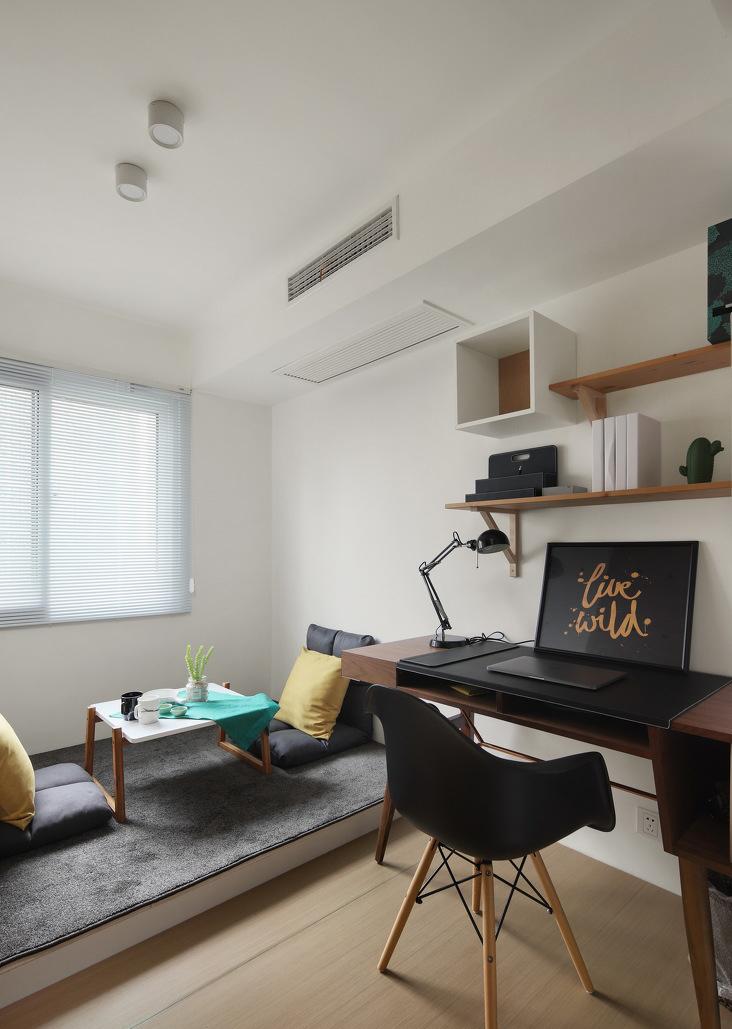 低矮的榻榻米可以增加空间的层次感,增加空间的使用功能,在这里二人席地而坐,或嬉笑畅谈或品茗静读。