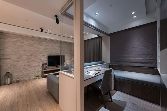 采多功能室概念打造,窗户加装风琴帘,并规划单人卧榻。