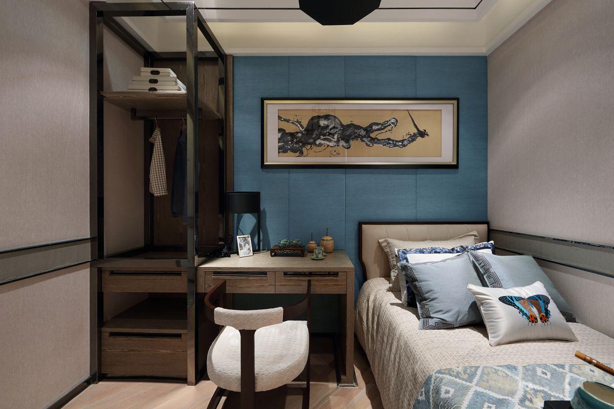办公与休息兼顾的空间是主人特意要求的,延续次卧的设计风格,相比大理石,木质地板的卧室好像更有人情味。