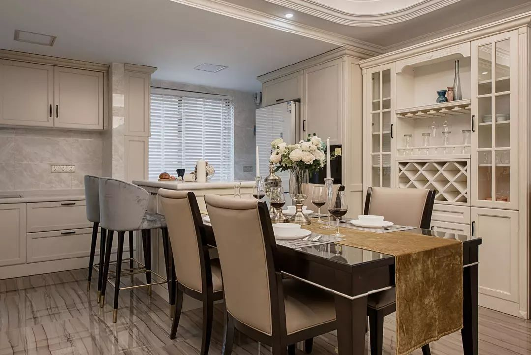 米白色柜体的温润调和地砖的硬朗,洁净大方的餐厅空间,温暖亲近别致的用餐环境。