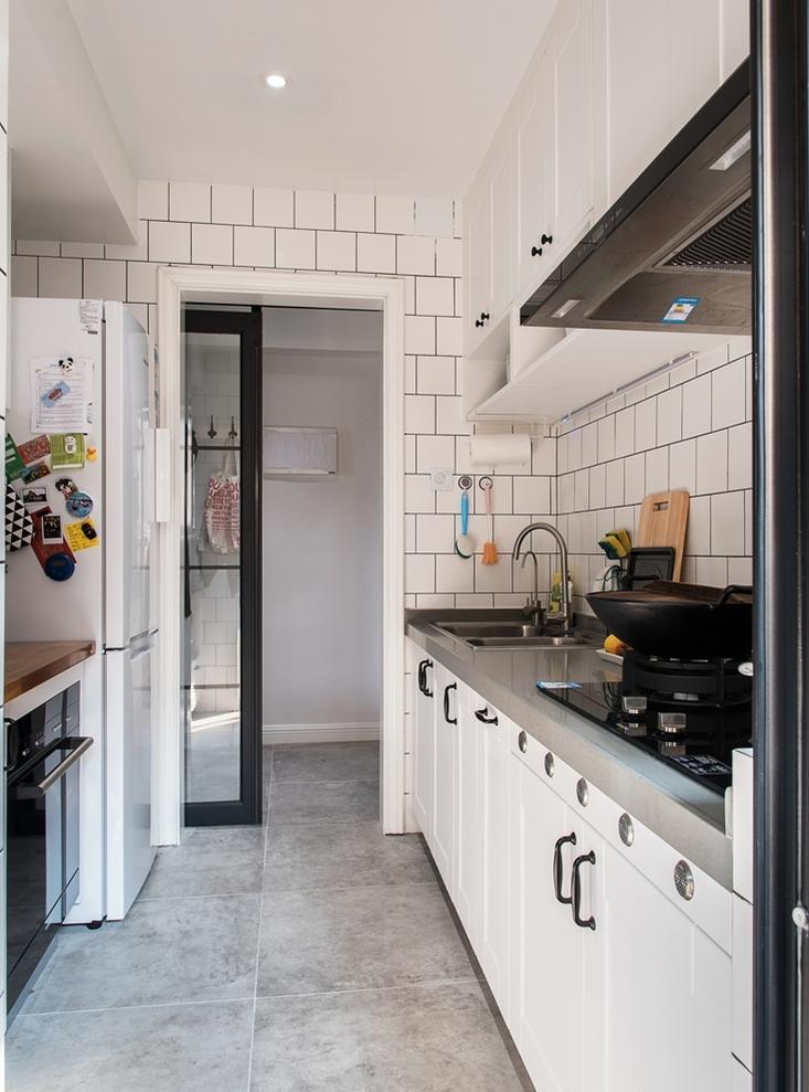 白色格子瓷砖是北欧风格的标配,用来装饰厨房,干净整洁。