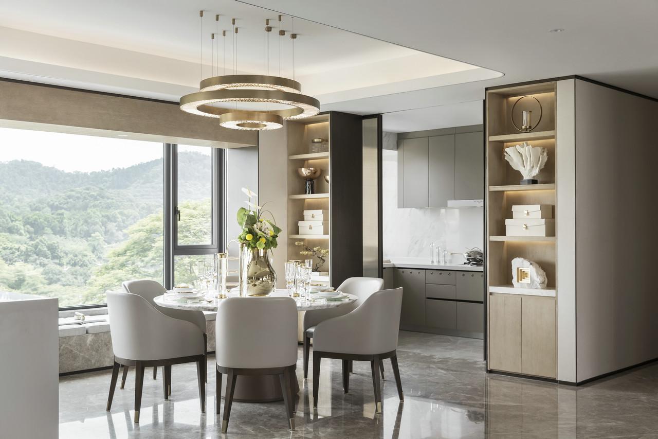 餐厅与厨房以推拉门相隔,两边嵌入式餐边柜也成为了收纳以及艺术品摆设的好地方~